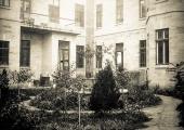 Больничный сад с фонтаном