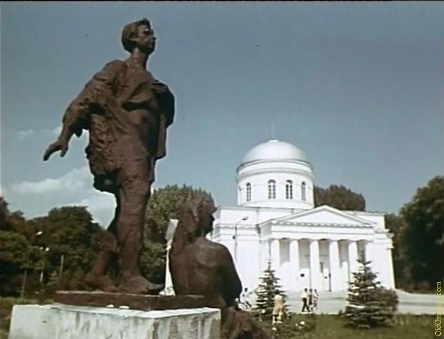 Памятник в сквере
