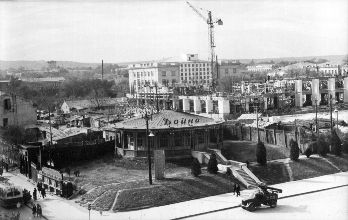 Строительство Дома Правительства, начало 1960-х гг.