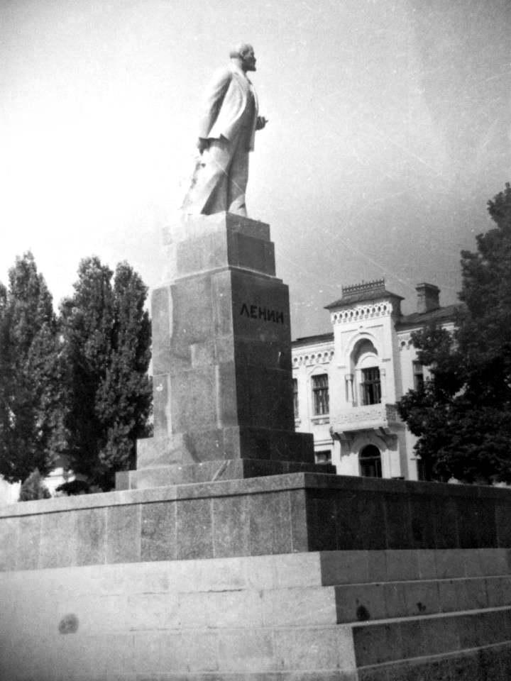 Ленин и остатки Духовной Консистории.