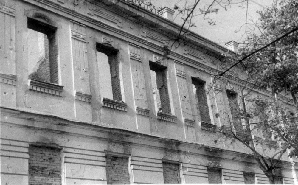 Вид фасада пристроенного семинарского корпуса после военных разрушений 1941 года.