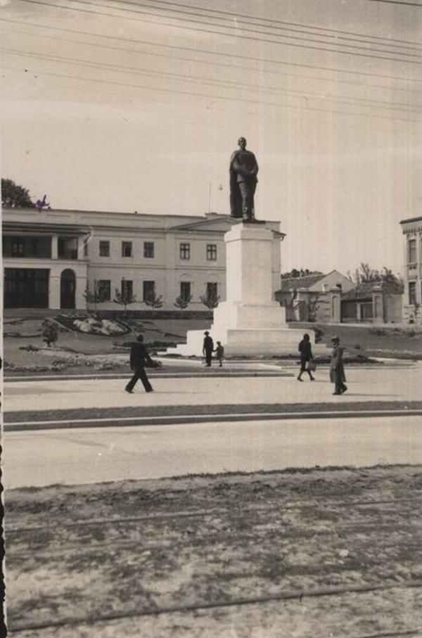 Митрополия в конце 1930-х гг и памятник королю Фердинанду I.