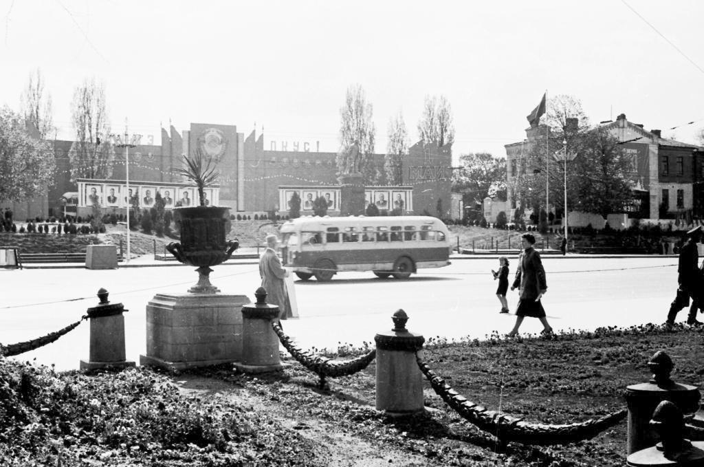 Площадь Победы, Ленин и остатки Митрополии.