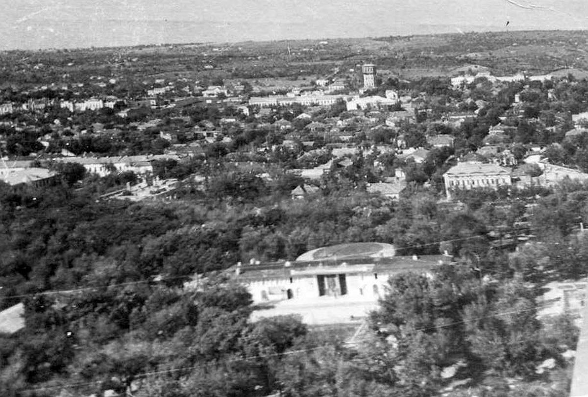 Аэроснимок 1947 года. Виден Городской Сад, остатки выставки, бывший павильон Губернаторства Бессарабии.