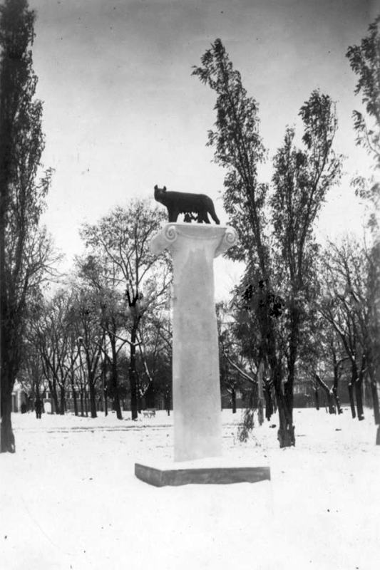 Капитолийская волчица в Городском саду.