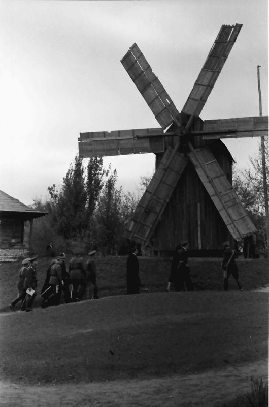 Деревянная ветряная мельница - один из экспонатов Музея Села.