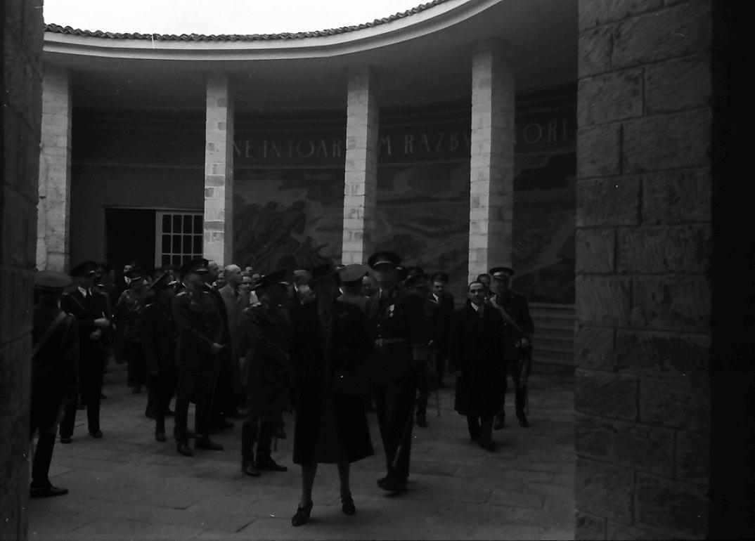Король Михай I осматривает выставку. Павильон Губернаторства Бессарабии. 31 октября 1942 года.