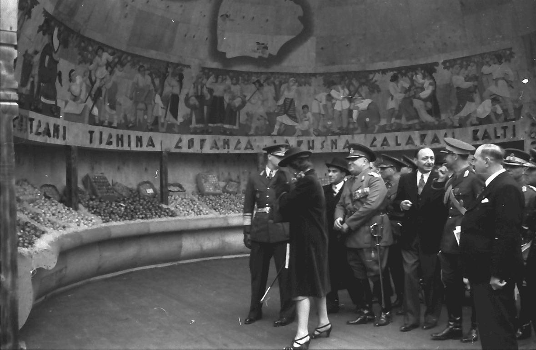 Король Михай I осматривает выставку.