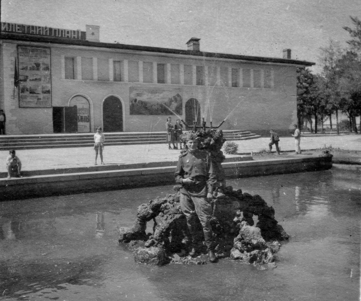 """Кинотеатр """"Родина"""" - бывший павильон Губернаторства Бессарабии. Фотография 1947 года."""