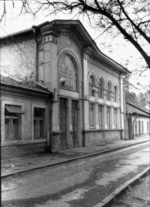 Бывшая Синагога стекольщиков и переплётчиков (Глэйзерс Шул), улица Хабад Любавич, 8 (бывший Якимовский переулок, 8). Здание 1888-го года постройки. Было повреждено во время войны и восстановлено в 46-м году на средства общины. Являлась единственной действующей Синагогой в советские времена. В примыкающем здании по Якимовскому пер. 10 в старину находилась Мацепекарня. С 1990 года в Синагоге находится община Любавических хасидов (Хабад Любавич).