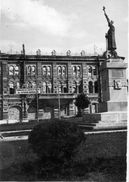 Памятник Штефану чел Маре на новом месте у Митрополии (1942-1944 гг). Фотография из коллекции Юрие Кожокару.