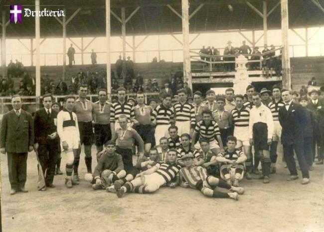 16 апреля 1928 г. Футбольный матч Sporting Кишинёв - Politehnica Тимишоара (в полосатой форме).