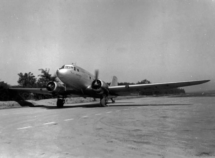 Пассажирский самолёт в кишинёвском аэропорту, 1950-е гг.