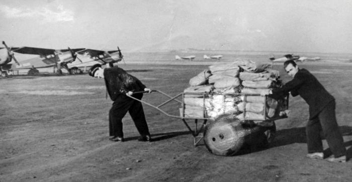 Погрузка винограда в самолёт. Кишинёвский аэропорт, 1950-е гг.