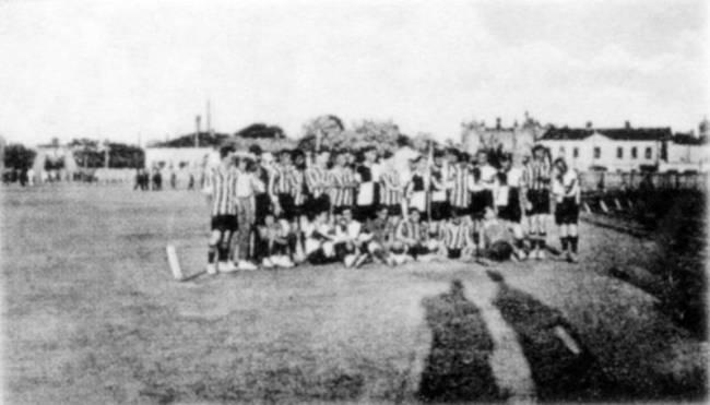Футболисты на стадионе.