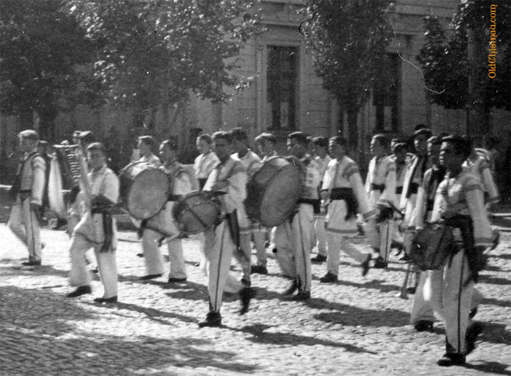 Участники парада крупным планом.