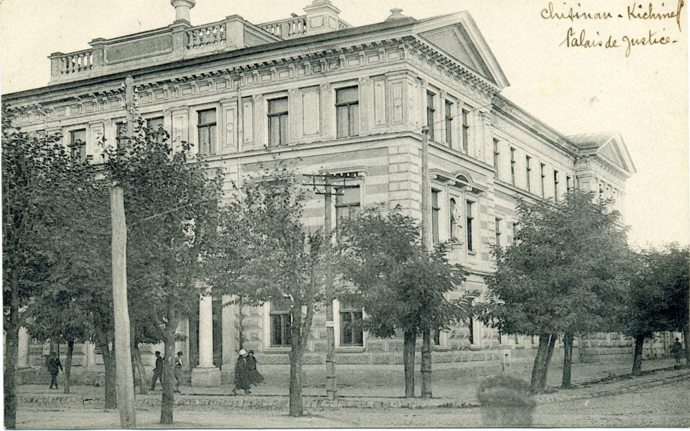Здание Суда. Сохранилось, находится на углу нынешних улиц Влайку-Пырэклаб и В. Микле.
