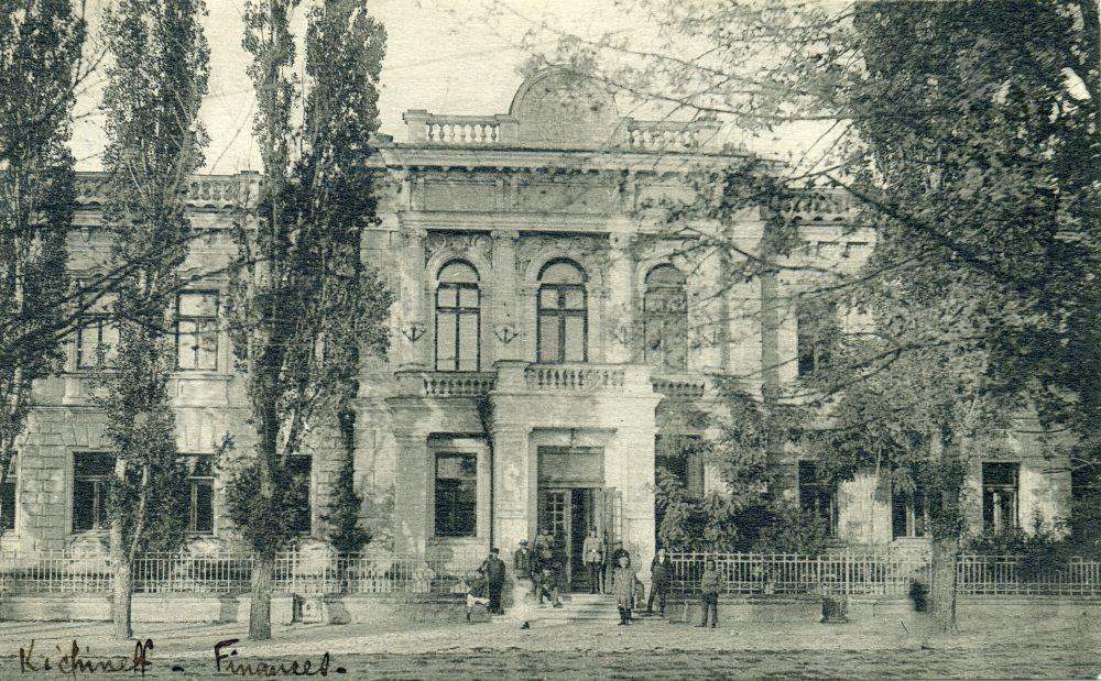 Управление финансами. Здание сохранилось в перестроенном виде. Находится на углу нынешних улицы П. Мовилэ и бульвара Штефана чел Маре.