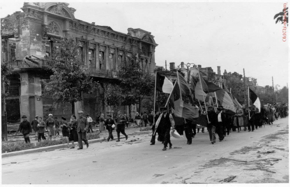 Шествие с триколорами по центру Кишинёва.