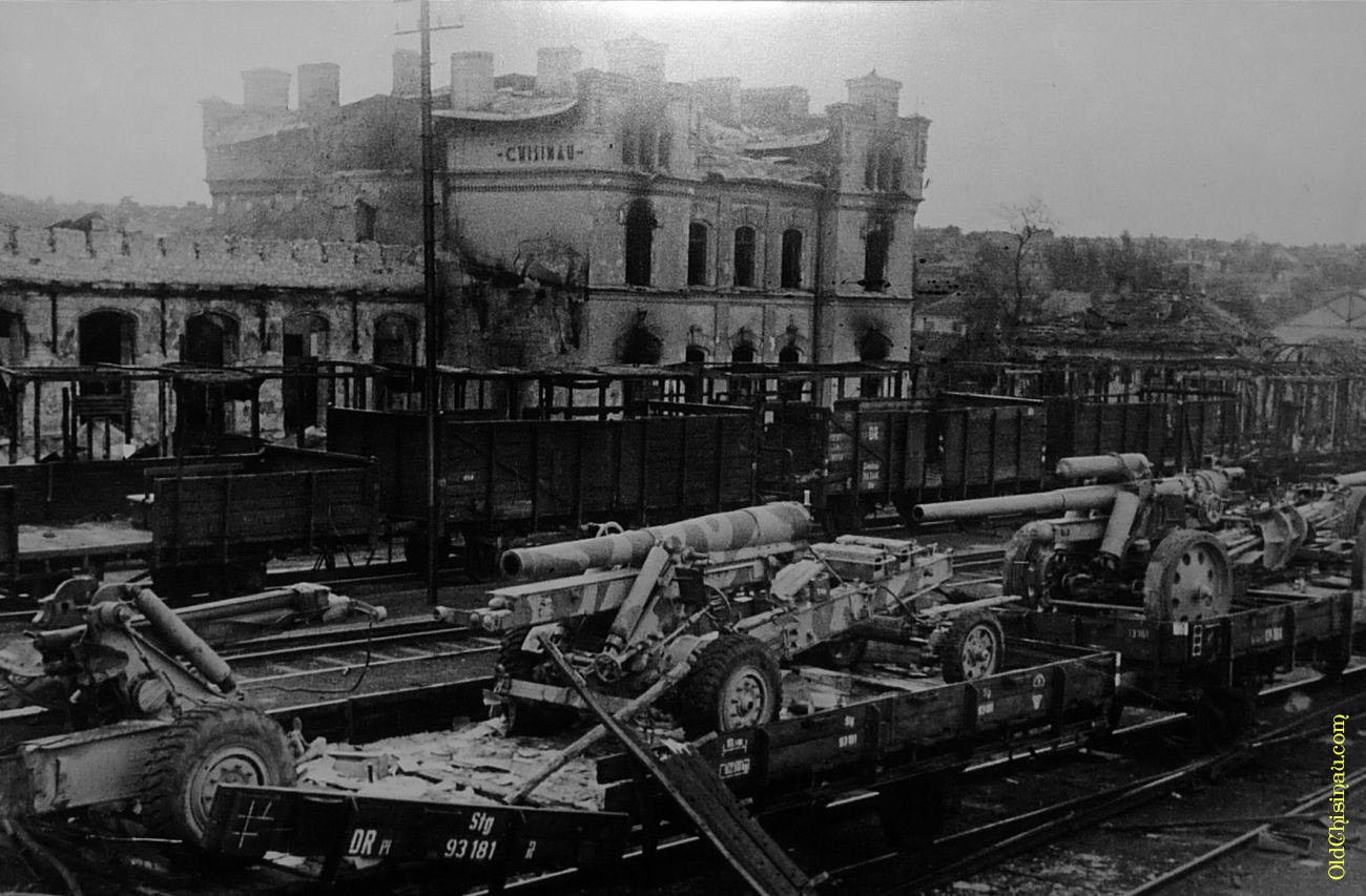Железнодорожный вокзал Кишинёва и немецкая военная техника. Лето 1944 года.